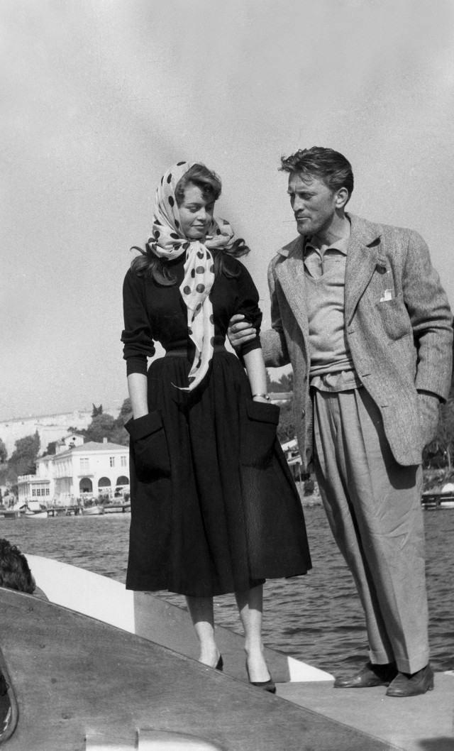 this-is-what-the-cannes-film-festival-looked-like-in-the-50s-1761478-1462581869.640x0c