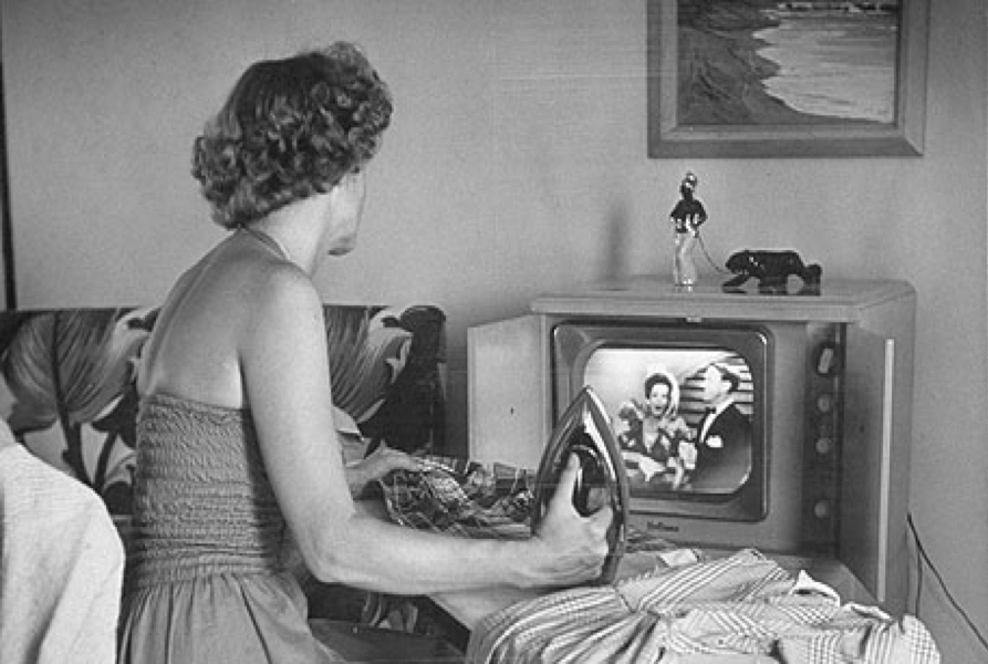 900woman-watching-tv-in-50s-007