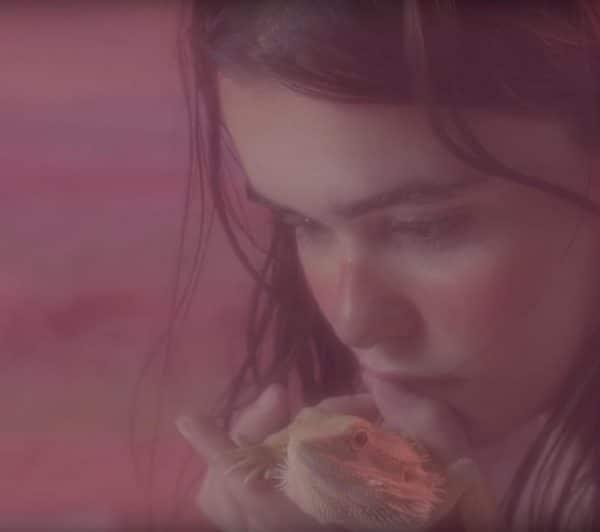 petra-collins-rinde-homenaje-a-la-artista-georgia-okeeffe-en-un-nuevo-video-surrealista-body-image-1468869853