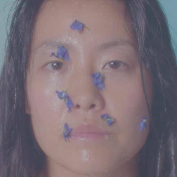 petra-collins-rinde-homenaje-a-la-artista-georgia-okeeffe-en-un-nuevo-video-surrealista-body-image-1468870023