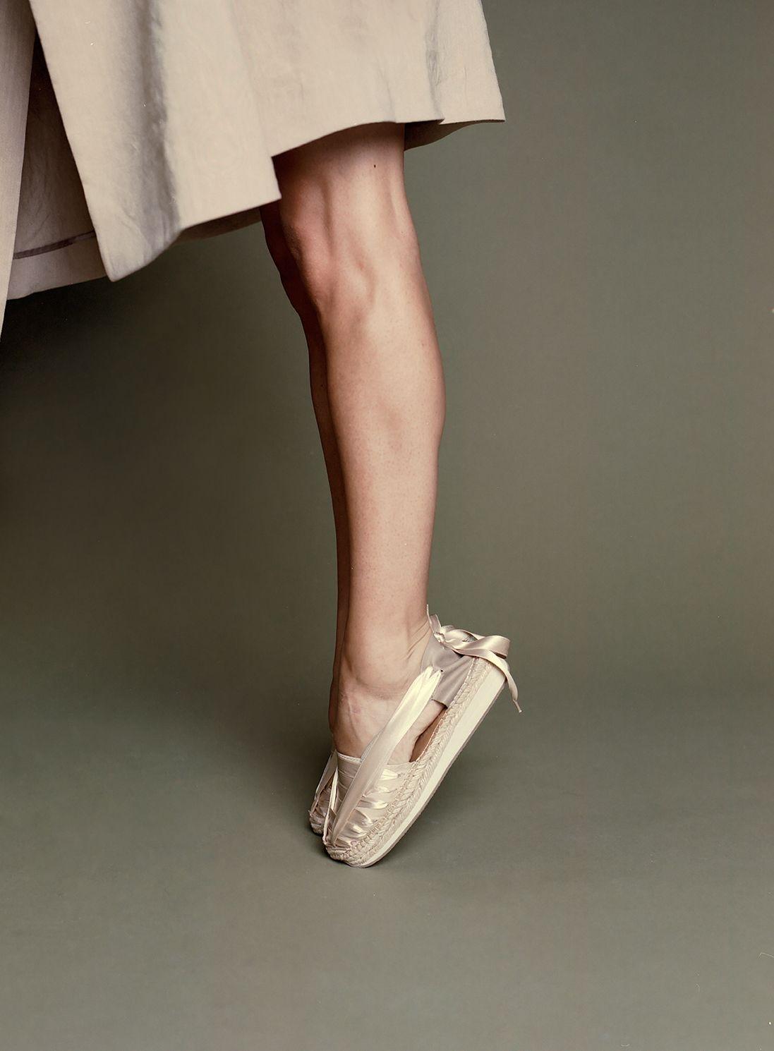 40de51aa74b Fundada por el arquitecto Pablo Izquierdo López y la diseñadora de producto  Claudia Pérez Polo, Naguisa nace con la premisa de acercar el tradicional  zapato ...