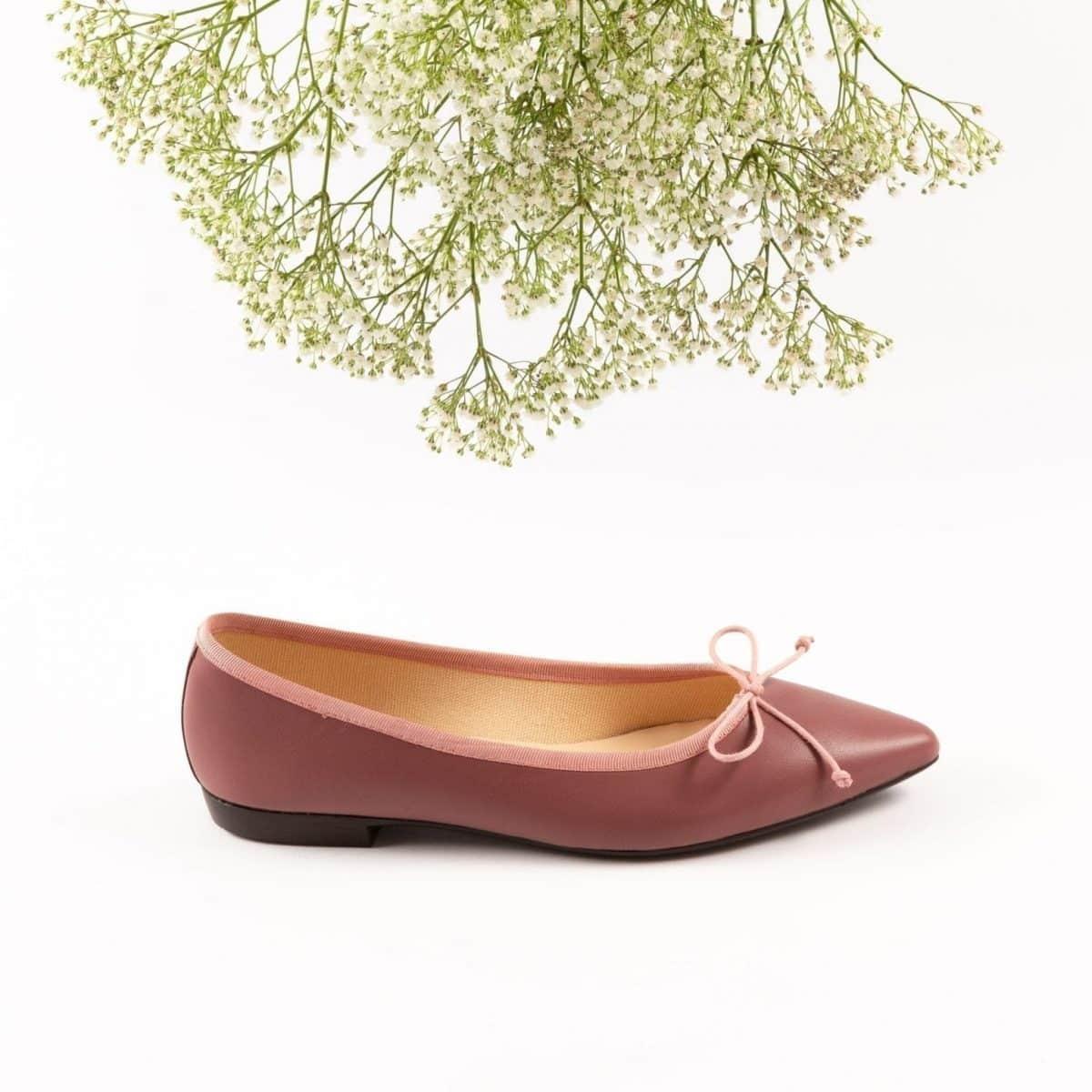 a6567feae8f El mundo de la moda ha caído en el encanto de las bailarinas clásicas. Su  calzado se ha dejado ver reinterpretado por numerosos diseñadores esta  temporada.